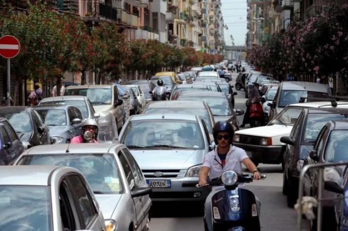 Bari-Traffico-nel-centro-urbano-e1360517518321.jpg (690×458)